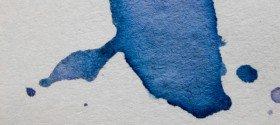 Aquarell: Blaue Farbe auf weissem Grund.